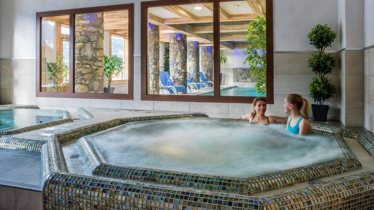 Les bains bouillonnants des Chalets Layssia, dernière née des résidences haut de gamme à Samoëns