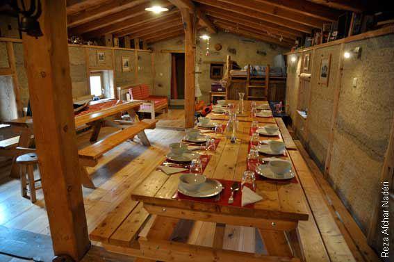 """La salle à manger, spacieuse, chaleureuse et conviviale du chalet refuse de la """"Chamoissière"""". ©Reza Afchar nadéri"""