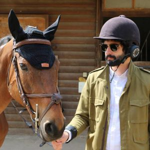 Hugo Kajdas, fondateur de HorseCom, invente le casque audio Bluetooth pour les chevaux!